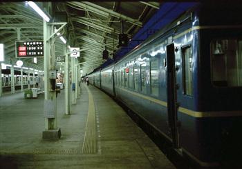 198808xx_24系_あさかぜ4号_下関駅.jpg